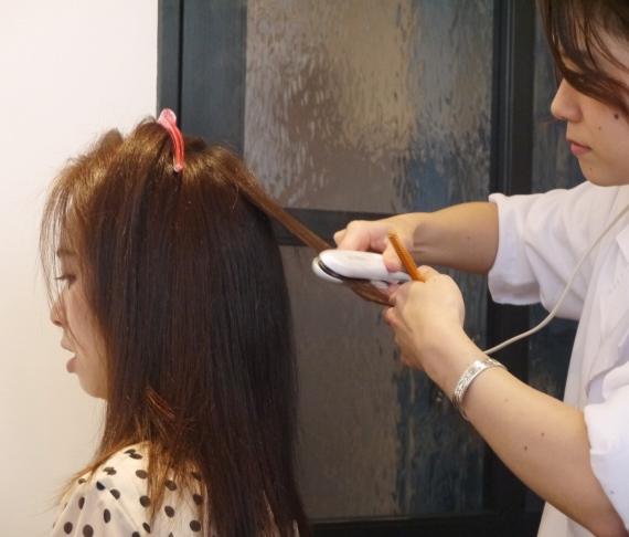 dac400ae6651 美髪コースでは、水素を発生する水素剤を使って、髪内部の水分量を上げて髪質改善していく。 特徴的なのは、ドライ後にヘアアイロンで熱を加えること。