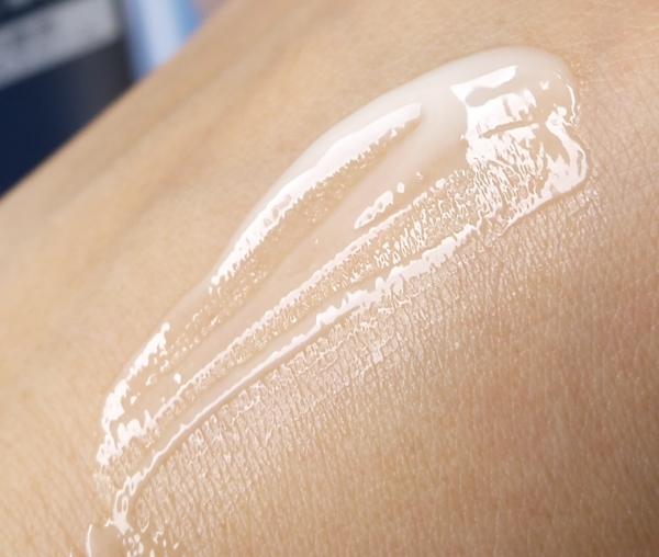 27292e0caadfb ほんのり黄色っぽさがある柔らかなクリームで、なめらかに伸びる。 軽く伸ばせるので、皮膚が薄くて敏感な目の周りでも、負担をかけずに塗れる感じ。